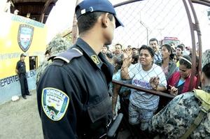 La gobernadora de Comayagua, Paola Castro, dijo en rueda de prensa que minutos antes del siniestro había recibido una llamada telefónica de un interno que le dijo le voy a meter fuego a esto y vamos a morir todos. No identificó al prisionero ni dio más explicaciones.