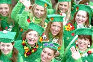 La fiesta popular empezó en esa parte del país tal y como lo estipula la tradición: a las 11:11 horas locales partieron hordas de carnavalistas a cantar y a bailar en las calles.