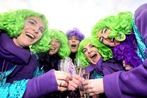 En Alemania se celebra el Weiberfastnacht, que es el primer día del carnaval cuando las mujeres toman la iniciativa.