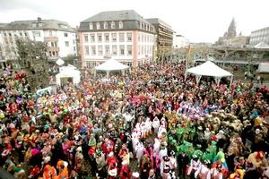 """Ciudades alemanas celebraron sus tradicionales carnavales en los que la gente disfrazada salió a las calles y las mujeres empezaron a """"tomar el poder"""" en alcaldías y oficinas para dar la bienvenida a la diversión."""