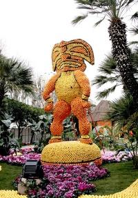 Cada año la fiesta tiene una temática diferente en la que artistas locales exponen sus esculturas y figuras gigantes a base de limones y naranjas.