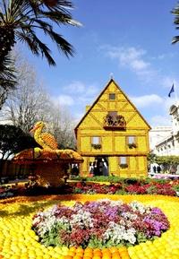Una réplica de una casa tradicional de Alsacia hecha con limones y naranjas durante la 79 edición del Festival del Limón celebrado en Menton, Francia.