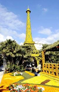 Francia realiza estructuras como la Torre Eiffel y una estación del Metro con limones y naranjas.