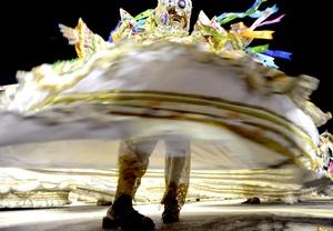 Trajes tradicionales se pueden apreciar en el desfile.