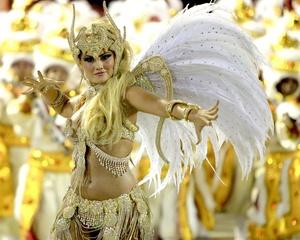 Bailarinas cautivan a los asistentes con sus movimientos y vestuarios.