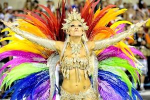 Plumas coloridas, lentejuelas y brillantes adornan a las bellas bailarinas.