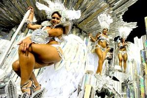 En su desfile, Portela recorrió el sambródromo Marqués de Sapucaí al ritmo de la samba E o povo na rua cantando. É feito uma reza, um ritual... (Y el pueblo en la calle cantando. Hecho una oración, un ritual...), con el cual mostró la idiosincrasia bahiana, expresada en sus fiestas populares.