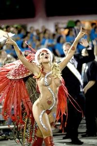 Bailarinas dejaron sorprendidos a los asistentes con sus atuendos.