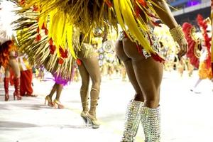 Las escuelas de samba Portela y Beija Flor presentaron sus credenciales al título del carnaval de Río de Janeiro en la primera jornada de desfiles en el sambódromo carioca.