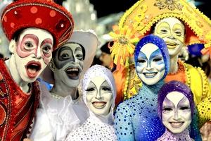 Miembros de la escuela de samba Renascer de Jacarepaguá participaron en el desfile sorprendiendo a los espectadores.
