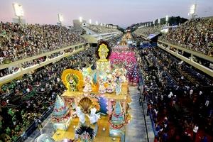 """La ciudad brasileña de Río de Janeiro vivió su primera noche de carnaval luego del inicio de la celebración con la entrega de las llaves de la ciudad al llamado Rey Momo""""."""