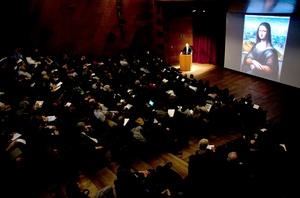 En rueda de prensa en el Museo del Prado, la investigadora del gabinete de Documentación Técnica del Museo del Prado, Ana González Mozo y la restauradora de pintura del Museo del Prado, Almudena Sánchez explicaron el proceso de la copia de la Gioconda del Museo del Prado.