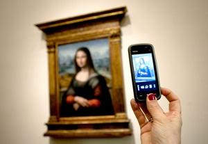 Procedente de las colecciones reales españolas, aunque aún se desconoce la forma y fecha de su ingreso en las mismas, la copia de la Gioconda del Museo del Prado fue sometida a un estudio técnico y restauración con motivo de la solicitud del Louvre, hace dos años.