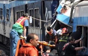 Rescate de una persona herida que se encontraba en el tren.
