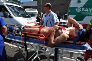 Una persona herida es trasladada en camilla para recibir atención médica.