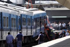 El tren se descarrillo y chocó contra uno de los ingresos a la estación Once.