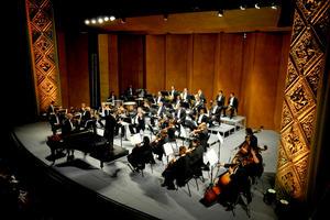 La celebración tuvo un cierre de lujo. Con la participación de la Camerata de Coahuila bajo la dirección del maestro Ramón Shade y la actuación del pianista lagunero Sergio Vázquez.
