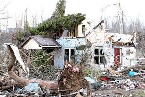 Decenas de casas quedaron destrozadas al paso de los tornados.