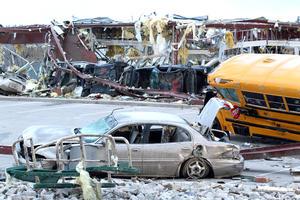 Las tormentas y tornados mataron a por lo menos 34 personas en cuatro estados.