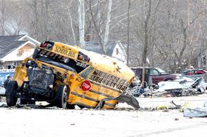 Los tornados arrastraron una multitud de vehículos, autobuses escolares, camiones articulados y dejar intransitables las carreteras debido a la cuantía de escombros.