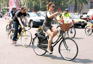 Las ciclistas robaron la mirada de los automovilistas de la capital.