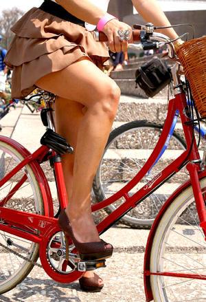 Mujeres, en su mayoría jóvenes y adultas, adornaron sus bicicletas y algunas pasearon en modelos diseñados exclusivamente para damas.