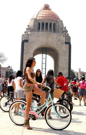 El paseo arrancó en el Monumento a la Revolución, en donde alrededor de 350 ciclistas tomaron el manubrio y se abrieron paso entre los automovilistas.