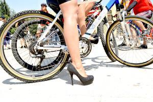Tacones, faldas, minifaldas, aretes y accesorios protagonizaron un recorrido en bicicleta por el Paseo de la Reforma.