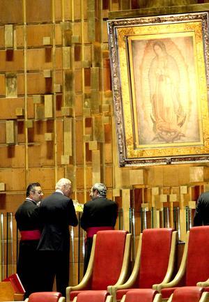 Biden recorrió el interior del templo y posteriormente se dirigió al altar mayor, en donde se encuentra la imagen de la Virgen de Guadalupe, ante la cual se arrodilló y depositó una ofrenda floral.