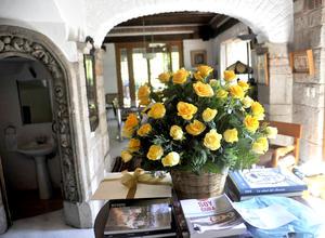 La casa ya está inundada de arreglos florales enviados al novelista, que llegó a México en 1961 animado por el también escritor colombiano Álvaro Mutis.
