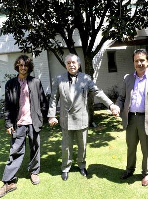 El autor, que mostraba una gran sonrisa, aceptó que le tomaran las imágenes en el jardín de la residencia junto a su nieto Mateo García y su asistente Genovevo Quirós.