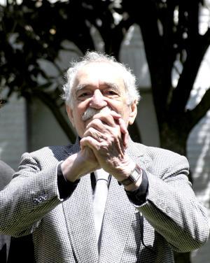 """""""Gabo"""", vestido con traje de cuadros, camisa negra y corbata gris, aceptó posar para algunas  fotografías dentro de la casona, ubicada en el sur de Ciudad de México, donde entre 1965 y 1966 escribió su obra cumbre, """"Cien años de Soledad""""."""