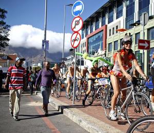 'Ciclistas Empelotados' fue convocado por las redes sociales y que animaba a los participantes a transitar desnudos por las calles .