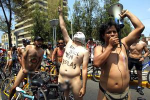 La máscaras de luchadores mexicanos también aparecieron en la protesta.