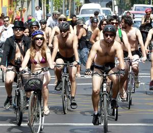 Unos 500 ciclistas desnudos, con los cuerpos pintados o disfrazados se pasearon para llamar la atención por sus derechos.