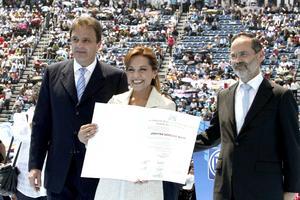 Antes, el presidente de la Comisión Nacional de Elecciones (CNE) del PAN, José Espina Von Roehrich entregó la constancia de mayoría a Vázquez Mota como candidata ganadora de la pasada contienda interna, del 5 de febrero.