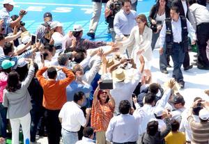 Josefina saludó a los asistentes luego de tomar protesta en el Estadio Azul.