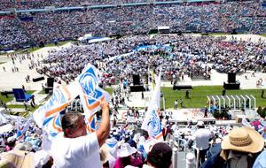 En el estadio Azul, el líder nacional del PAN, Gustavo Madero, tomó la protesta a Vázquez Mota, quien estuvo acompañada por el vocero panista, Juan Marcos Gutiérrez; el secretario de Acción de Gobierno, Juan Molinar, e Isabel Miranda, virtual abanderada de esa fuerza política al gobierno capitalino.
