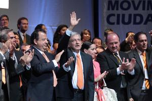 López Obrador a su llegada al Metropólitan, donde tomó protesta como candidato a la Presidencia de la República.