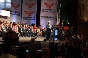 Andrés Manuel dirigiéndose a los asistentes a su toma de protesta.