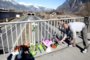 En el lugar de accidente, personas han llevado flores en honor a las víctimas.