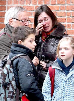 """""""Es un día negro para nuestro país, todos los belgas comparten nuestra inmensa tristeza, no hay palabras para expresar lo que sentimos"""", han declarado el primer ministro de Bélgica, Elio Di Rupo, tras anunciar un día de luto nacional."""