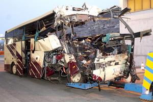 Según los primeros informes de los peritos policiales, el autobús matriculado en Bélgica, que viajaba en dirección a Sión, chocó contra un muro en el túnel de la autopista