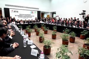 """El exgobernador mexicano Enrique Peña Nieto se convirtió oficialmente en candidato de la coalición """"Compromiso por México"""" a la Presidencia de su país al formalizar su registro ante el IFE."""
