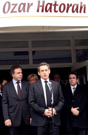 El presidente Nicolas Sarkozy arribó a la escuela y ordenó reforzar la seguridad en edificios judíos y musulmanes en Tolosa.