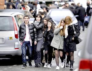 Familias lucen desconsoladas a las afuera de la escuela en Toulouse.