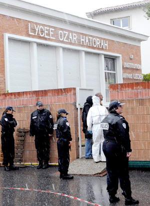 Una de las dos armas que llevaba el asesino, según las primeras informaciones, portaba munición del mismo calibre que la utilizada para matar a un militar el pasado día 11 también en Toulouse, y a otros dos en la vecina ciudad de Montauban cuatro días más tarde, cometidos por un motorista que tampoco se quitó el casco para disparar.