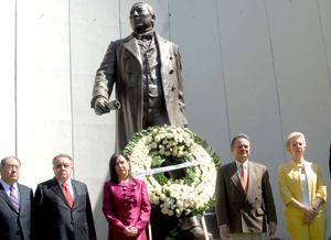 Familiares de Benito Juárez y el presidente del PRI conmemoraron el aniversario de su natalicio.