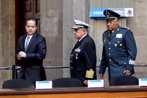 En la ceremonia realizada en el Patio Mariano de Palacio Nacional, donde estuvo acompañado por los representantes de los tres Poderes de la Unión e integrantes de su gabinete, Calderón Hinojosa enlistó las leyes pendientes.