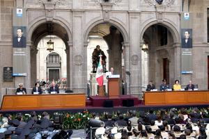 Previo a la ceremonia del aniversario del natalicio del Benemérito de las Américas en Palacio Nacional, se avisó a los presentes que en caso de alguna contingencia, el desalojo sería por las puertas dispuestas para ello.